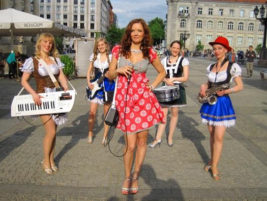 country_girls_oompah_band_walking_in_dirndl